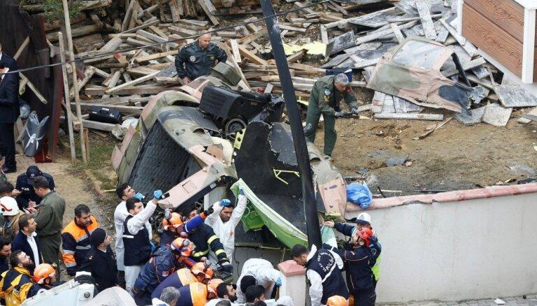 Foto: Stambulā nogāzies helikopters; četri bojāgājušie