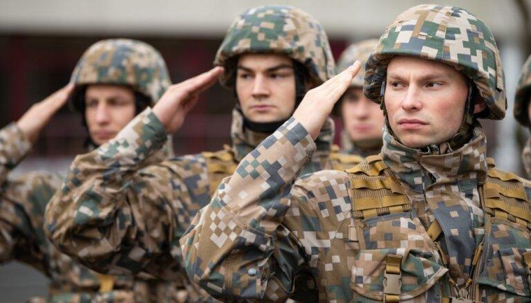 Foto: Rīgas garnizona vienības gatavojas Lāčplēša dienas militārajai parādei