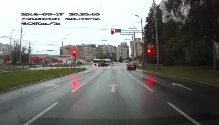 Video: Purvciemā 'BMW' brauc pie sarkanās gaismas un tūlīt saņem sodu
