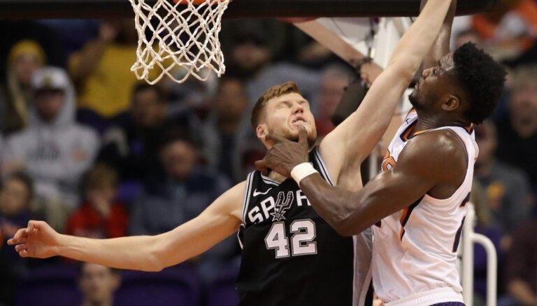 Bertāns spēlē 13 minūtes 'Spurs' negaidītā zaudējumā pret pastarīti 'Suns'