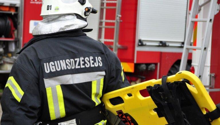 Пожар повышенной опасности в рижской многоэтажке: пострадали три человека