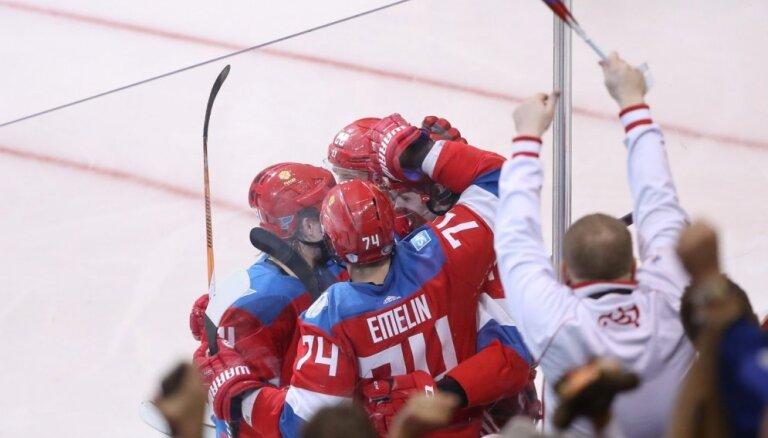 Krievijas hokejisti izšķirošajā spēlē uzvar Somiju un iekļūst Pasaules kausa pusfinālā