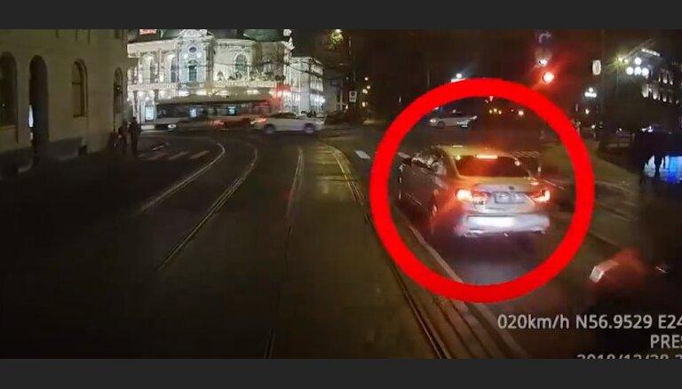 """Очевидец: """"Президентский автомобиль нарушает правила в самом центре Риги"""""""
