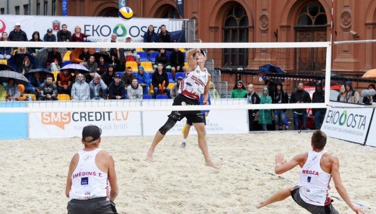 Foto: Vecrīgā 300 tonnās smilšu cīnās par Latvijas kausu pludmales volejbolā