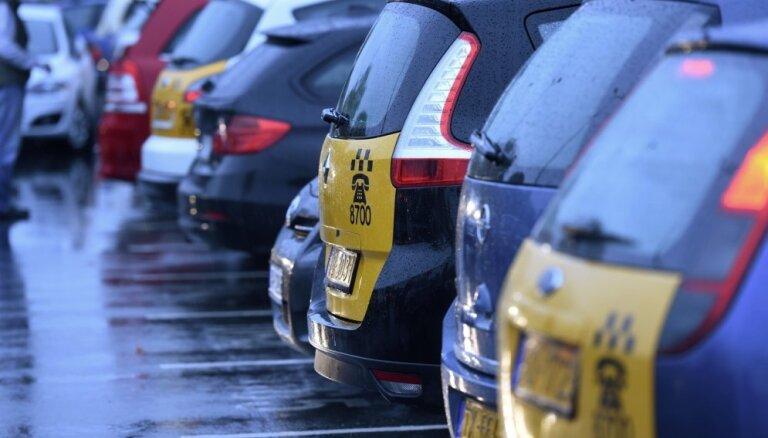 Maksa par braucienu taksometros būs jānorāda arī salonā uz priekšējā paneļa