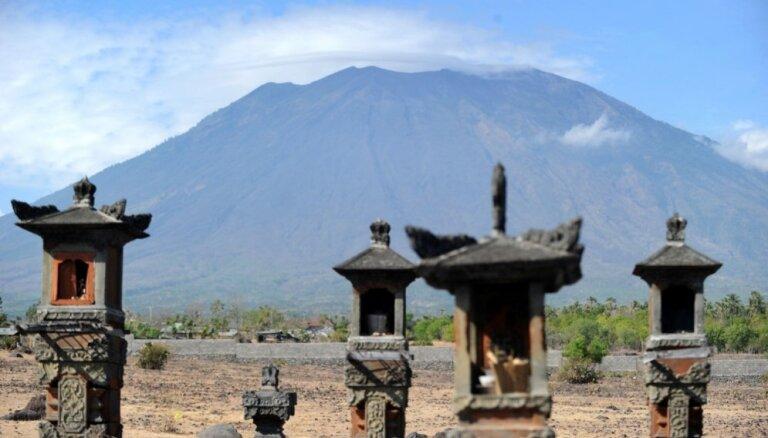 ФОТО: Полеты на Бали прерваны из-за извержения вулкана Агунг