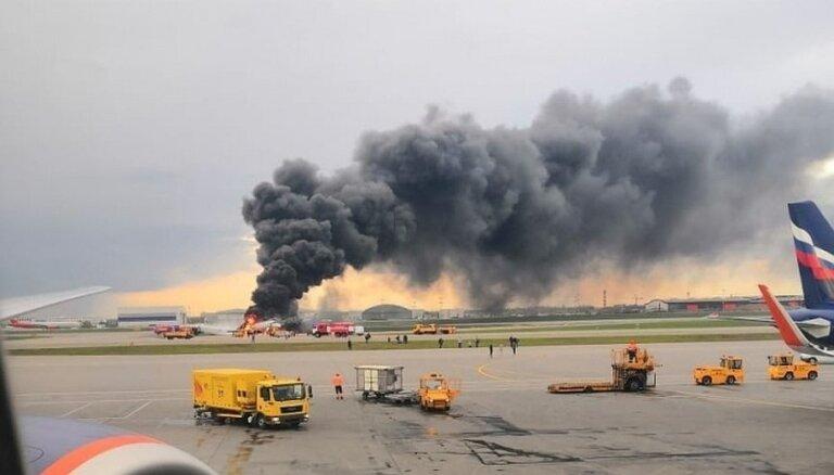Lidmašīnas ugunsgrēks Maskavā: aculiecinieces dalās ar Šeremetjevas lidostā novēroto
