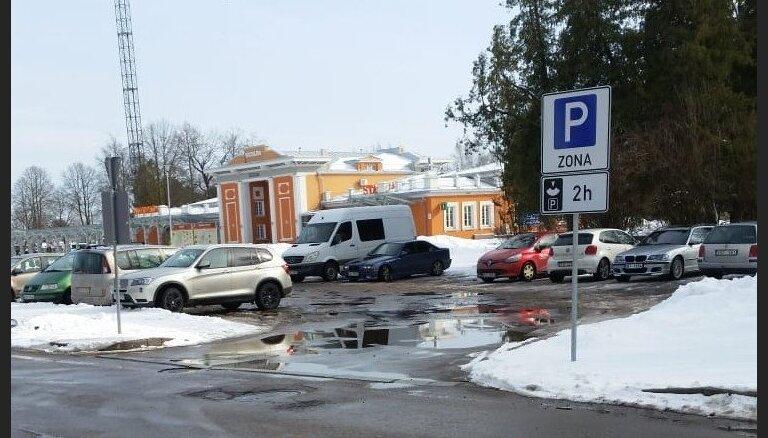 Pie Siguldas dzelzceļa stacijas trūkst auto stāvvietu, raizējas lasītājs