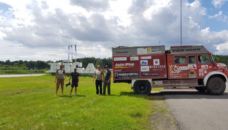 Mājās sagaida 'ugunsdzēsēja' komandu, kas pārvedusi mašīnu no Vjetnamas robežas gūsta