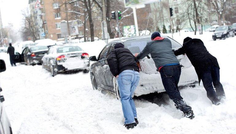 Apdrošinātājs: dramatiski pieaudzis sniega un sala nodarīto postījumu skaits automašīnām