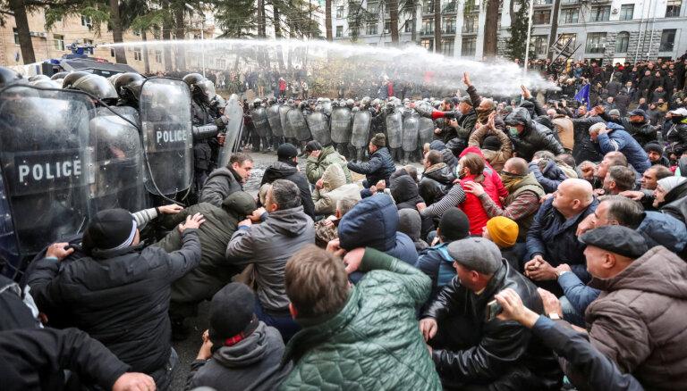 Полиция в Тбилиси разогнала протестующих против провала избирательной реформы