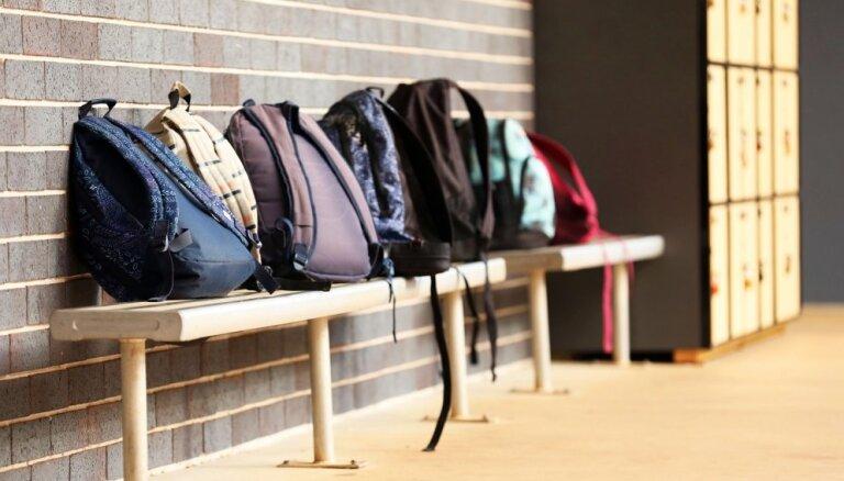 Ģimenes pabalstu par izlaiduma klašu skolēniem vecāki saņems arī vasarā