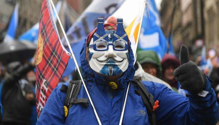 Foto: Glāzgovā ielās iziet tūkstošiem Skotijas neatkarības atbalstītāju