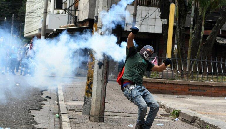 Foto: Demonstranti Hondurasā pieprasa prezidenta atkāpšanos