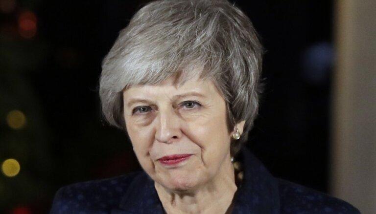 Britu premjerministre Meja izturējusi neuzticības balsojumu