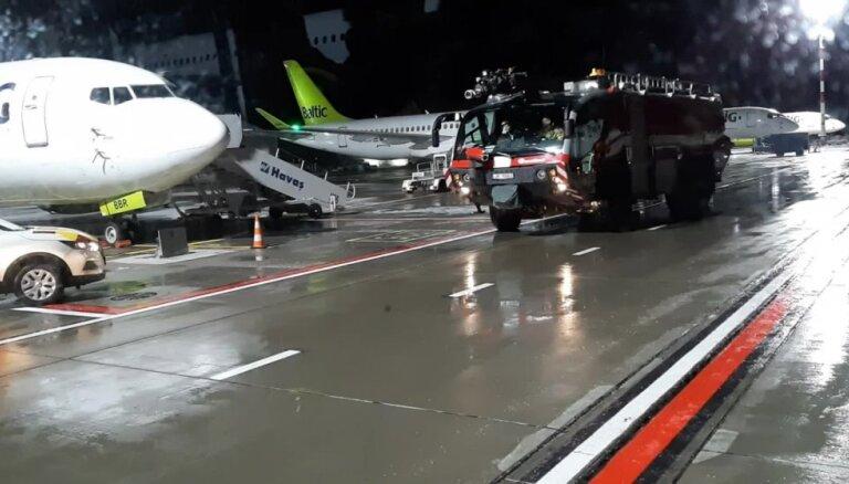 Video: 'airBaltic' lidmašīna Rīgā piezemējas paaugstinātas drošības apstākļos
