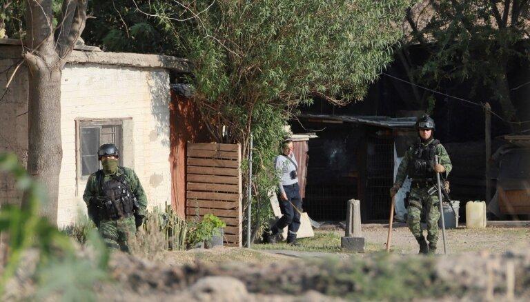 Meksikas karavīri atrod 18 maisus ar cilvēku mirstīgajām atliekām un zāģus