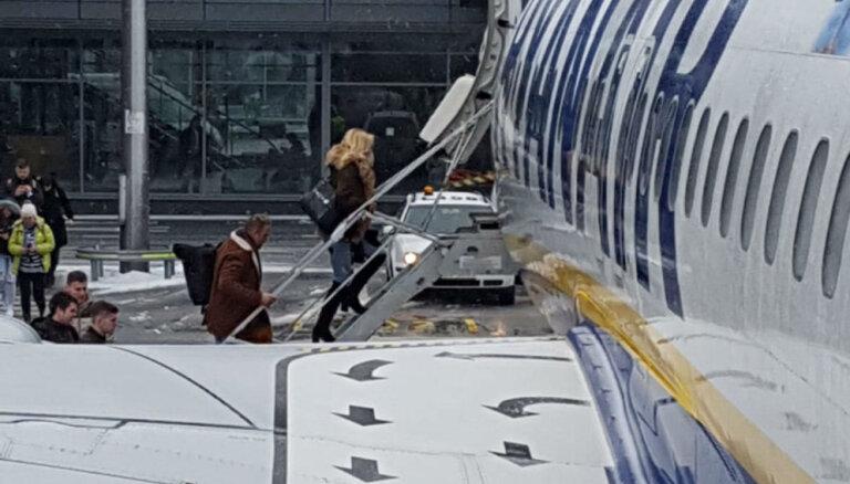 Aculiecinieka foto: Kivičs un Skulme kāpj lidmašīnā