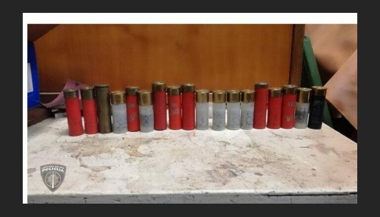 """Во время обыска на """"точке"""" полиция нашла нелегальное оружие и боеприпасы"""