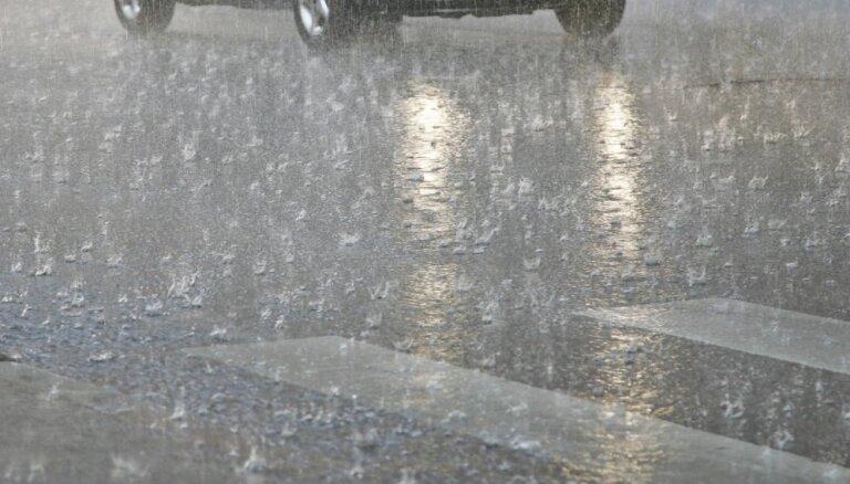 Otrdienas naktī gaidāms stiprs lietus, iespējams slapjš sniegs