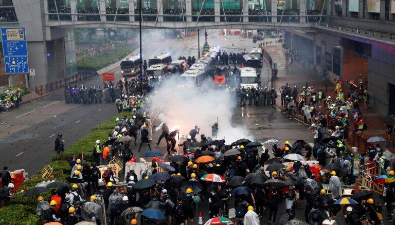 Honkongas policija demonstrantu izklīdināšanai pirmo reizi izmanto ūdens lielgabalus