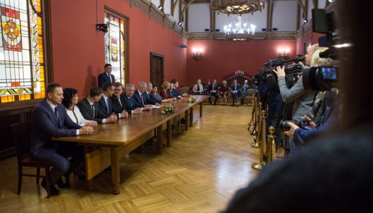 Jaunās koalīcijas partiju pārstāvji paraksta sadarbības dokumentus