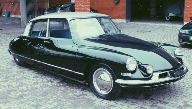 Rīgas Motormuzejā jauns eksponāts – Fantomasa auto 'Citroën DS 19'