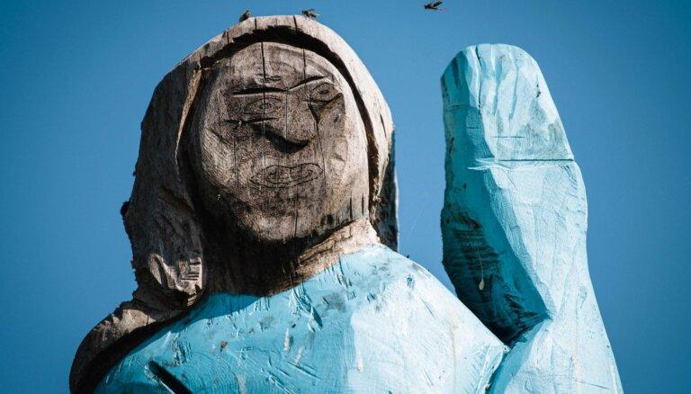 ФОТО: В Словении подожгли странную деревянную статую Мелании Трамп