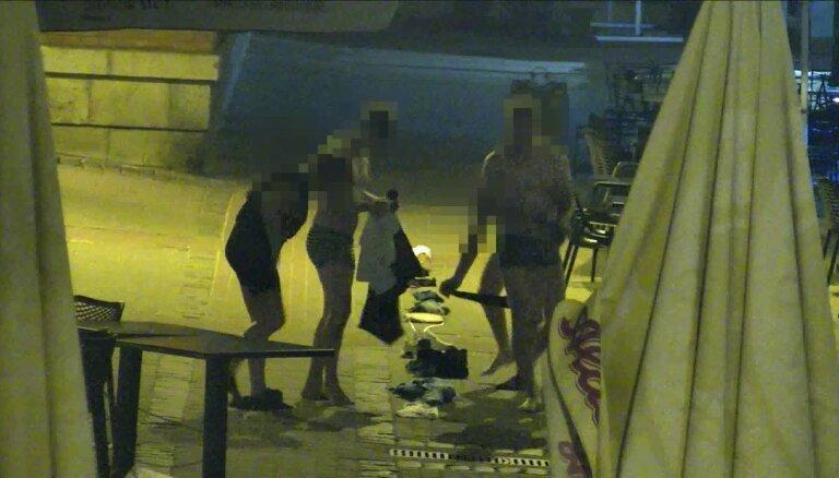 Video: Dāņi Vecrīgā spēlē 'savdabīgu spēli' un tiek pie soda