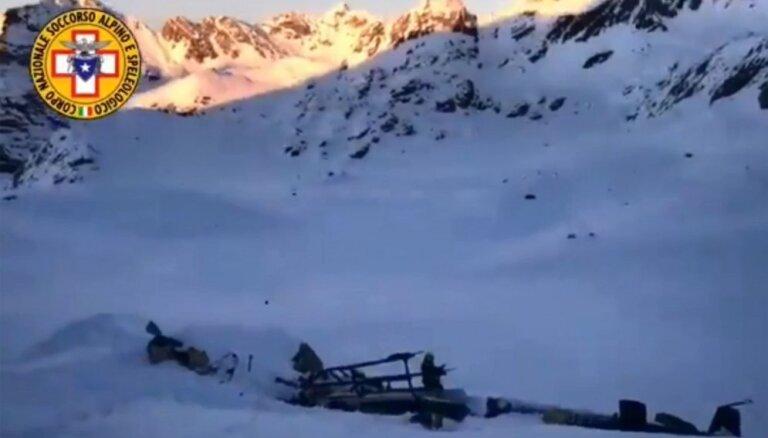 Helikoptera un vieglā lidaparāta sadursmē uz Francijas-Itālijas robežas gājuši bojā pieci cilvēki