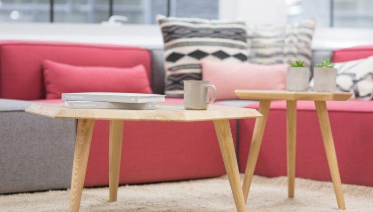 Debesmannas atblāzma viesistabā – kā omulīgi iekļaut interjerā rozā krāsas dīvānu