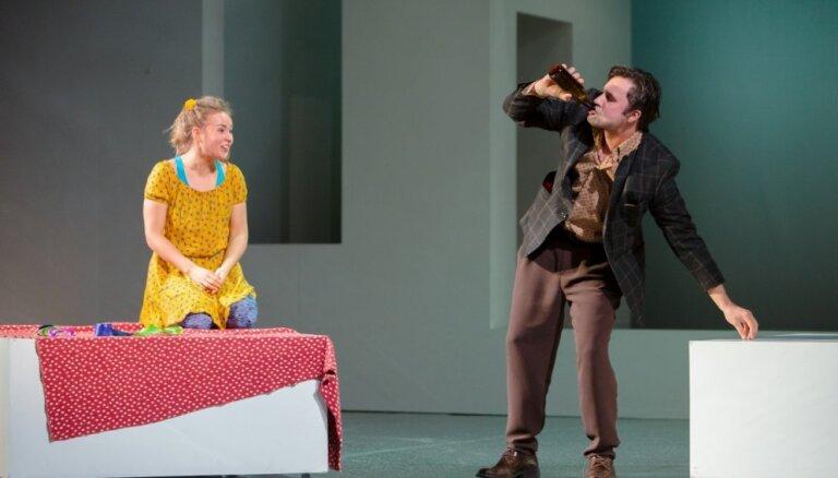 Rīgā varēs noskatīties Džilindžera iestudējumu Daugavpils teātrī 'Iemīlējās muļķis muļķītē'