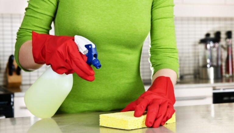 Eksperte: Tīrai mājai pietiek ar 3-4 kopšanas līdzekļiem