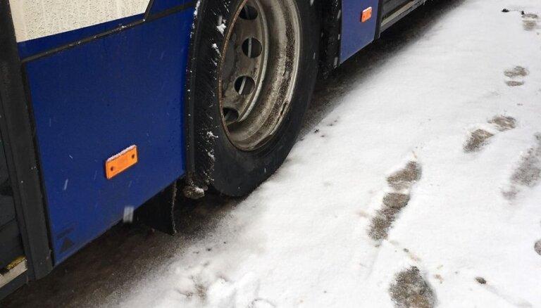 Ziemā ar 'basām kājām' – aculiecinieks bažījas par 'Rīgas satiksme' autobusu riepām