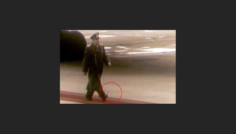 Gagarins soļo ar atsējušos kurpes šņori