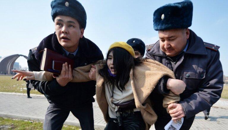 Biškekā uzbrūk sieviešu gājiena dalībniekiem; milicija aiztur pašas sievietes, nevis uzbrucējus