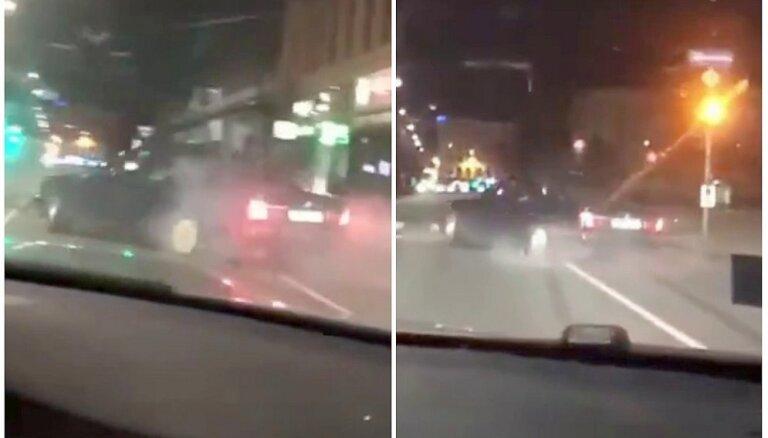 Video: Divi BMW naksnīgajā Rīgā driftē ap skvēru Brīvības bulvārī
