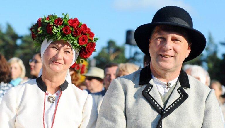 Prezidents ar kundzi sveic Latvijas māmiņas Mātes dienā