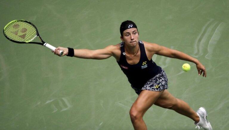 Sevastova trīs stundu 'trillerī' Pekinas WTA turnīra cīņā zaudē Šarapovai