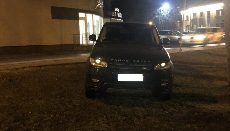 Foto: 'Range Rover' vadītājs savu spēkratu novietojis zālājā