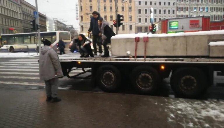 Jaunieši Rīgā 'iekaro' kravas auto piekabi