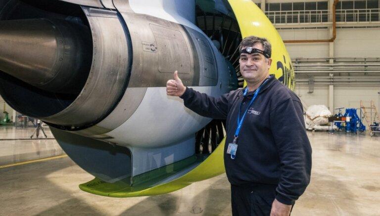 Foto: Kā naktī pārbauda un apkopj 'airBaltic' jauno 'Bombardier' lidmašīnu