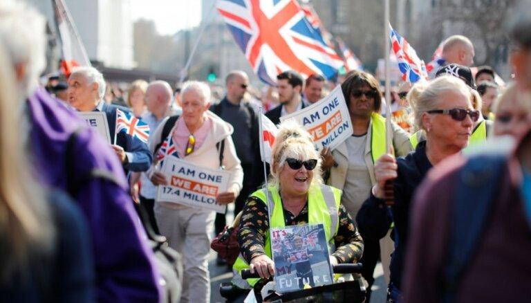 'Brexit' vienošanās noraidīšana sadusmo protestētājus pie Lielbritānijas parlamenta