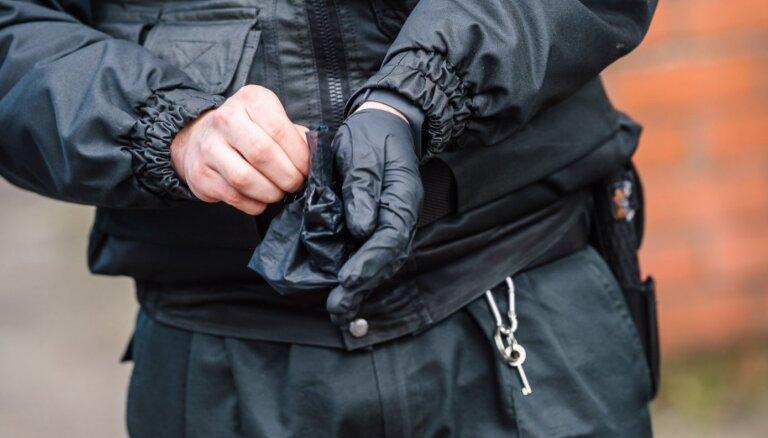 В Риге трое мужчин оштрафованы за несоблюдение дистанции при разговоре во дворе и отрицание коронавируса