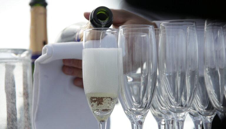 """Британия запасается шампанским на Рождество на случай перебоев с поставками при """"жестком"""" Brexit"""