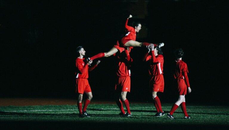 Valmierā atkārtoti izrādīs iestudējumu par futbolu 'Uzvara ir mirklis'
