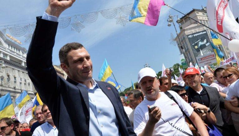 ВИДЕО. Разминка от мэра: Кличко показал, как тренируется в рабочем кабинете
