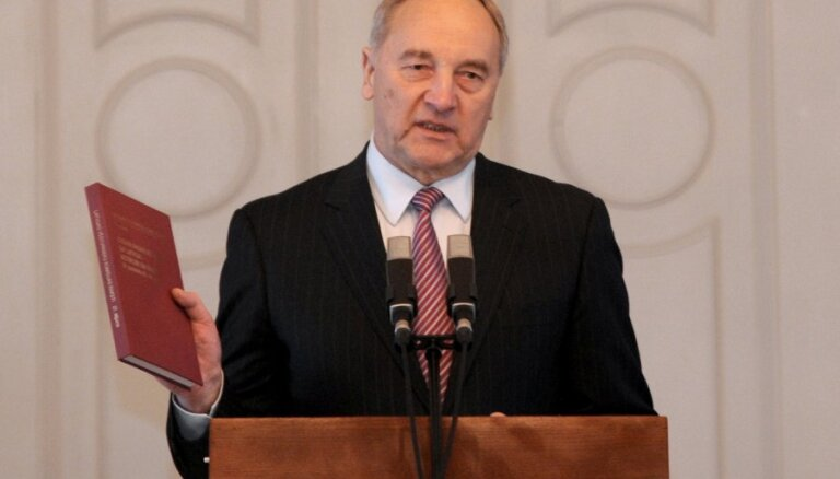 Prezidents izsludina Eiro ieviešanas likumu