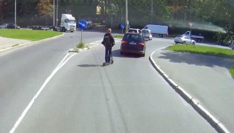 """ВИДЕО: """"Вы не одни на дороге"""". Опасные маневры на электросамокате"""