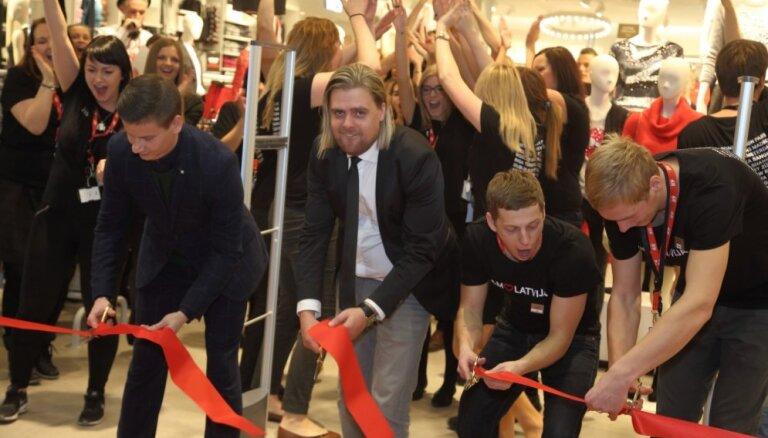 Foto: Ļaužu pūlis šturmē sesto 'H&M' veikalu Rīgā